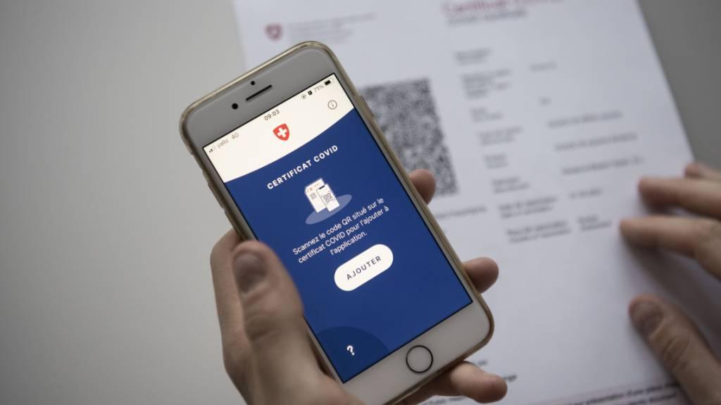 Das Schweizer Covid-Zertifikat auf Papier kann mittels einer App eingescannt und so auf das Mobiltelefon geladen werden. (Archivbild)