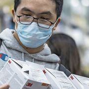 Die Angst vor dem neuen Coronavirus geht um: In Hongkong kauft ein Kunde in einer Apotheke Schutzmasken auf Vorrat.