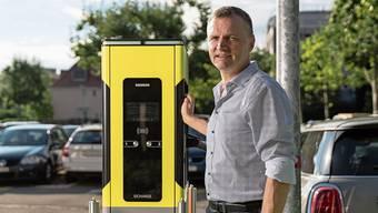 Bernhard Guhl ist jetzt in der Elektrobus-Sparte bei Siemens tätig – dass die Ladestation für Elektroautos die BDP-Farben aufweist, ist ein Zufall.
