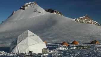 Das Forschungscamp im Jahr 2015 auf dem südöstlich von Zermatt gelegenen Colle Gnifetti. Hier hat das Team bis zu 82 Meter lange Eisbohrkerne entnommen.