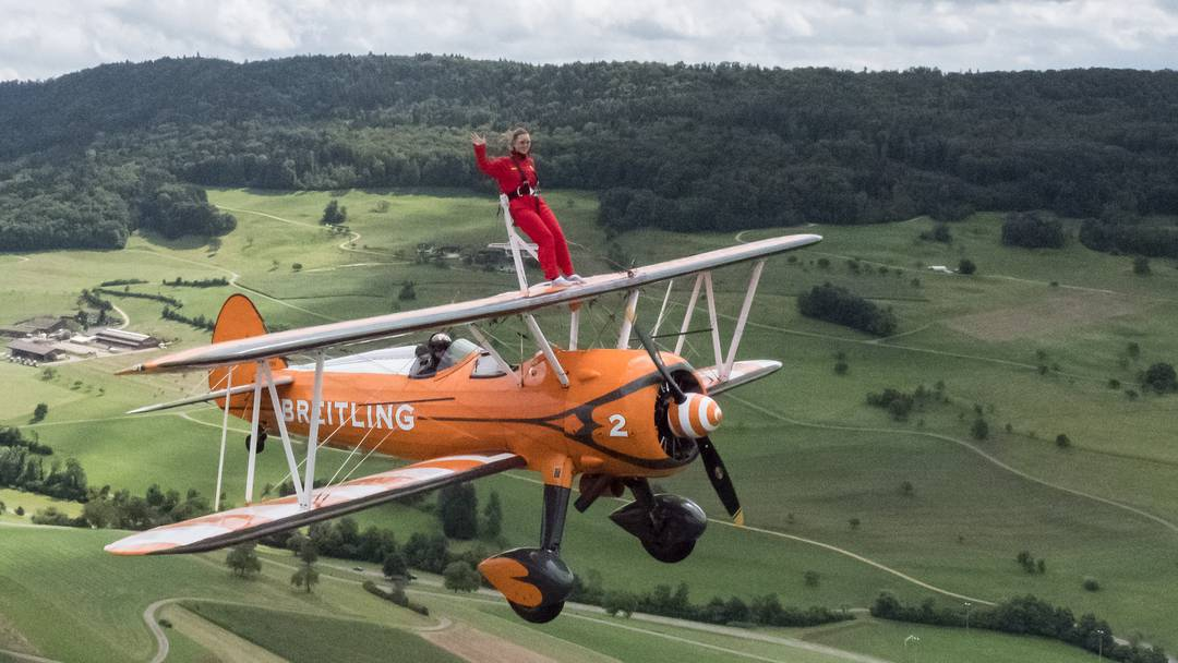 Breitling Wingwalker: Der Flug von bz-Redaktorin Julia Gohl auf dem Flügel des Propellerflugzeugs im Schnelldurchlauf.