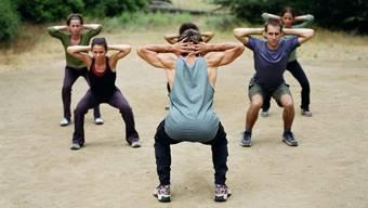 Sport draussen in der Natur. Im Bootcamp sind die Übungen anstrengend und möglichst effizient.