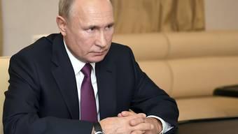 ARCHIV - Wladimir Putin, Präsident von Russland, sitzt an einem Tisch. Foto: Alexei Nikolsky/Pool Sputnik Kremlin/AP/dpa