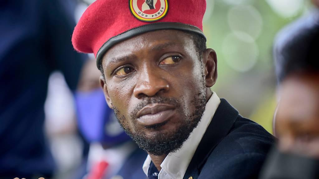 Bobi Wine, Popstar und Oppositionsführer, spricht vor seinem Haus mit Journalisten. Foto: Nicholas Bamulanzeki/AP/dpa