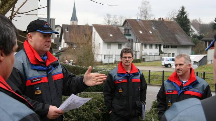 Oberleutnant Marcel Birrer (links) bei einer Instruktion an der Dorfstrasse.