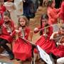 Diese jungen Geigerinnen sind mit Hingabe bei ihrer kniffligen Aufgabe. Fotos: Oliver Menge
