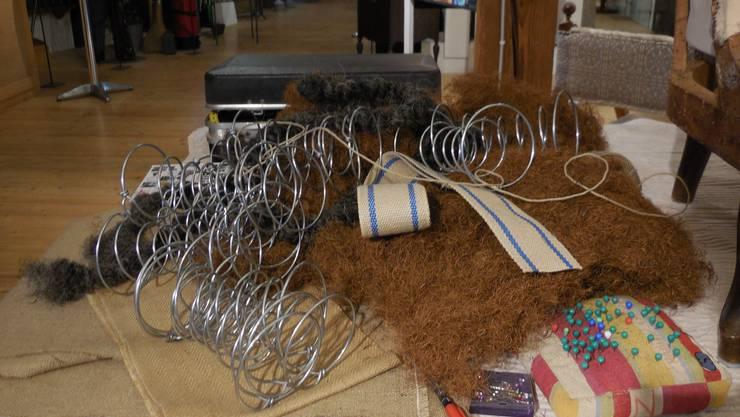 Verschiedenste Materialen werden für das Neubeziehen eines Sessels benötigt