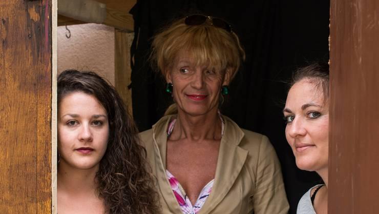 (Von links) Maria Gstrein, Produktionsleitung, Stella Luna Palino, Lena Waelly Schauspielerin, vom Teatro Palino bei der Kulisse des Sommertheaters «Die Lügner». Jiri Reiner