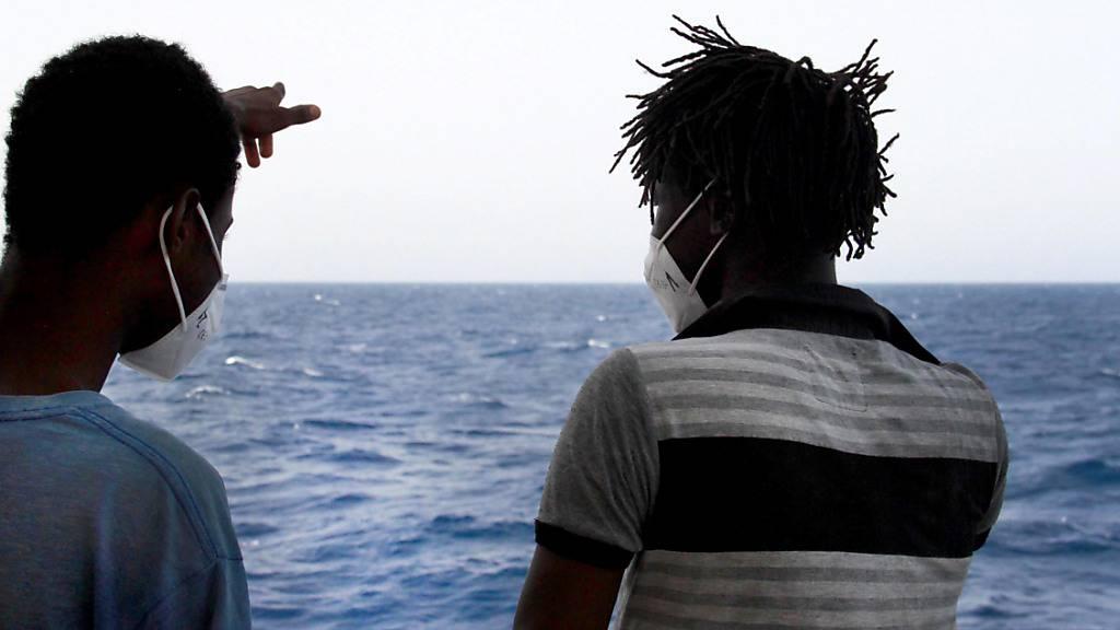 HANDOUT - Zwei Männer stehen an Deck des Seenotrettungsschiffs «Sea-Eye 4». Die Regensburger Hilfsorganisation Sea-Eye darf mit knapp 30 im Mittelmeer geretteten Menschen einen Hafen auf der italienischen Insel Sizilien ansteuern. Foto: Lazaros Planas/sea eye/dpa - ACHTUNG: Nur zur redaktionellen Verwendung und nur mit vollständiger Nennung des vorstehenden Credits