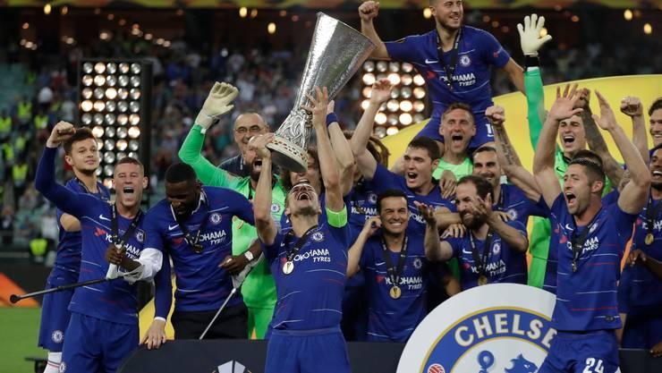 Chelseas Kapitän Cesar Azpilicueta stemmt den Pokal in die Höhe.