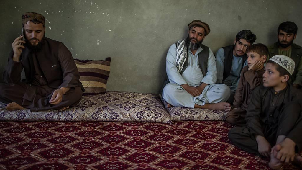 Der Sprecher der Taliban für Kundus, Matiullah Ruhani, wird während eines Telefonats beobachtet. Die militant-islamistischen Taliban haben Deutschland und andere Staaten um Hilfe gebeten. Es könne sich um «jede Art von humanitärer Unterstützung» handeln, sagte Ruhani der Deutschen Presse-Agentur. Foto: Oliver Weiken/dpa