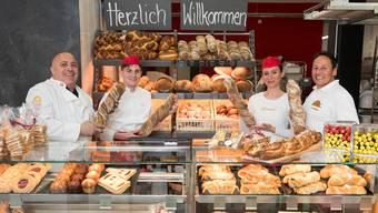 Bäckereiunternehmer Pierluigi Ghitti (links) eröffnet in Rütihof die vierte «Spitzbueb»-Filiale. Sohn Paolo Ghitti ist der neue Geschäftsführer (2. v.l.). Mit auf dem Bild: Bäckerin Hana Gjugja und Urs Wattinger, Fachberater von Pain Paillasse Schweiz. Alex Spichale