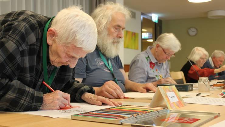 Mit 98 Jahren ist Dora Fitzi die älteste Teilnehmerin in der Malgruppe.