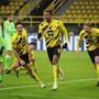 Manuel Akanji (vorne) feiert sein Tor zum 1:0 für Borussia Dortmund.