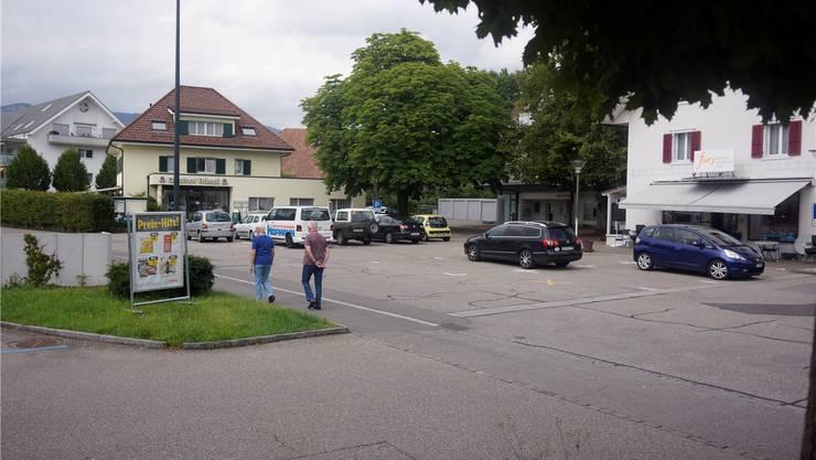 Der Dorfplatz mit Bäckerei, Tea-Room und Restaurant ist vor allem ein Parkplatz.