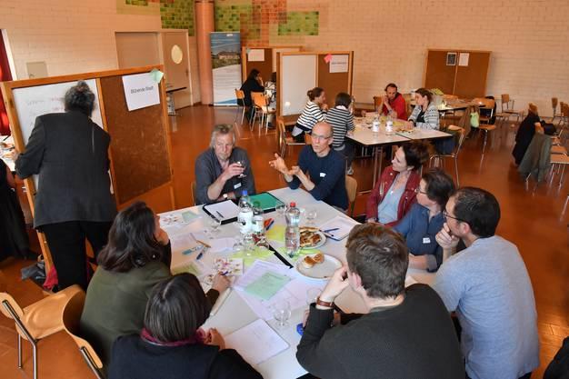 Die Teilnehmerinnen und Teilnehmer diskutieren angeregt die Projektideen.