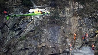 Die Männer arbeiten im Fels oberhalb von Gurtnellen