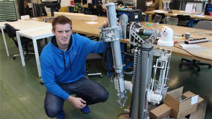 Stefan Umbricht präsentiert seinen Bombenbergungsroboter. LP