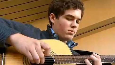 Lachlan Connors beherrscht nach einem Unfall plötzlich 13 Instrumente