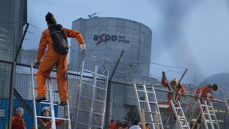 60 Greenpeace- Aktivisten klettern im März 2014 beim AKW Beznau über den Zaun und dringen auf das Areal vor. Sie fordern die Stilllegung des Kraftwerks. Später werden zwei Aktivisten wegen Hausfriedensbruchs verurteilt.