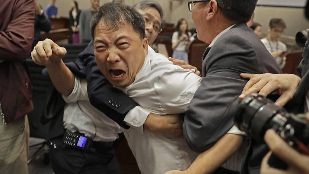 Schlägerei im Parlament von Hongkong: Mehrere Abgeordnete wurden verletzt.