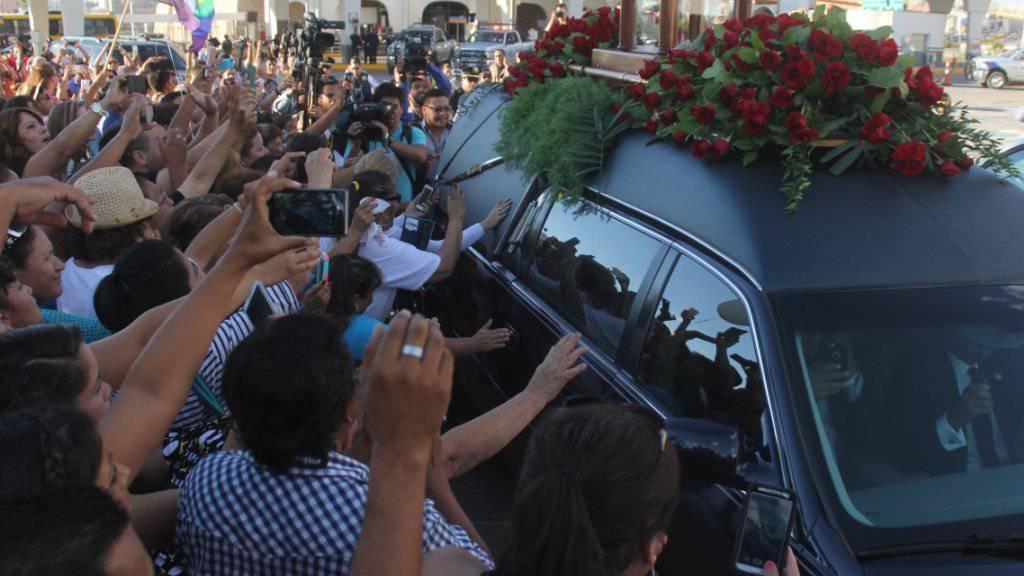 Abschied von einer Legende: Tausende Menschen säumen die Strasse, als die Urne mit der Asche von Sänger Juan Gabriel durch Ciudad Juárez gefahren wird.