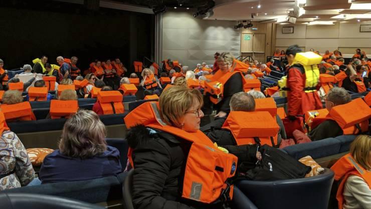 """Zur Rettung bereit: Passagiere auf der """"Viking Sky"""" sind mit Rettungswesten ausgestattet."""