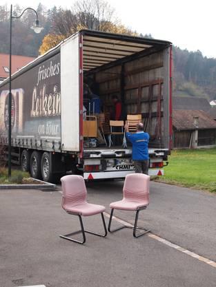 Die Stühle werden mit dem Lastwagen nach Rumänien transportiert.
