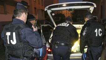 Polizisten durchsuchen in einem Vorort von Marseille ein Auto (Archiv)