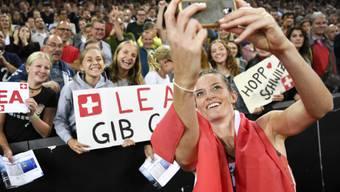 Lea Sprunger lässt sich von den Schweizer Fans feiern.