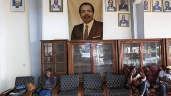 Kamerun wählt den nächsten Präsidenten. Der Präsident Paul Biya (Foto in der Mitte), der bereits seit 35 Jahren an der Spitze des zentralafrikanischen Landes steht, strebt eine siebte Amtszeit an.