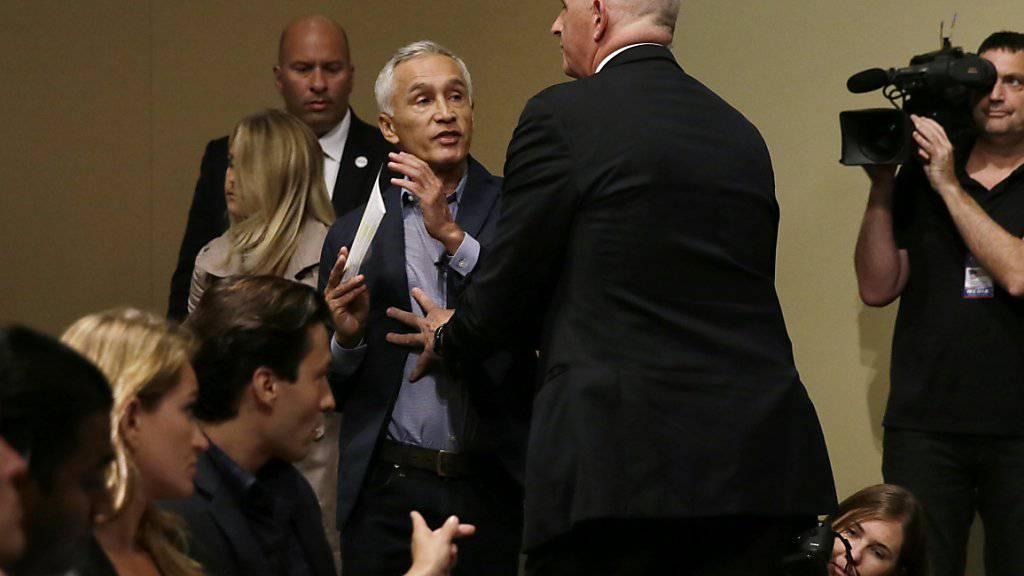Ein Sicherheitsmann bugsiert den spanischsprachigen TV-Journalisten Jorge Ramos an einer Trump-Medienkonferenz aus dem Saal. Ramos wollte eine Frage stellen.