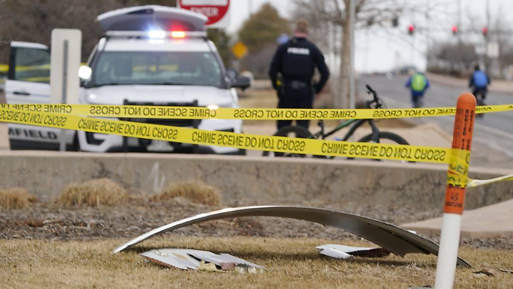 dpatopbilder - Ein Trümmerteil eines Flugzeugs liegt auf einer mit Polizeiband abgesperrten Fläche in Broomfield/Colorado. Foto: David Zalubowski/AP/dpa