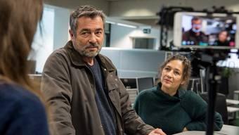 Schauspieler Stefan Gubser mit seiner Kollegin Delia Mayer beim Tatort-Dreh auf der Redaktion der Luzerner Zeitung