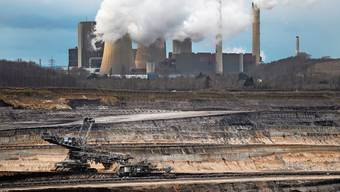 In Deutschland wurde 2019 weniger Kohle verbrannt. Hier zu sehen ein Schaufelradbagger im Braunkohle-Tagebau Inden. Im Hintergrund das Braunkohlekraftwerk Weisweiler.