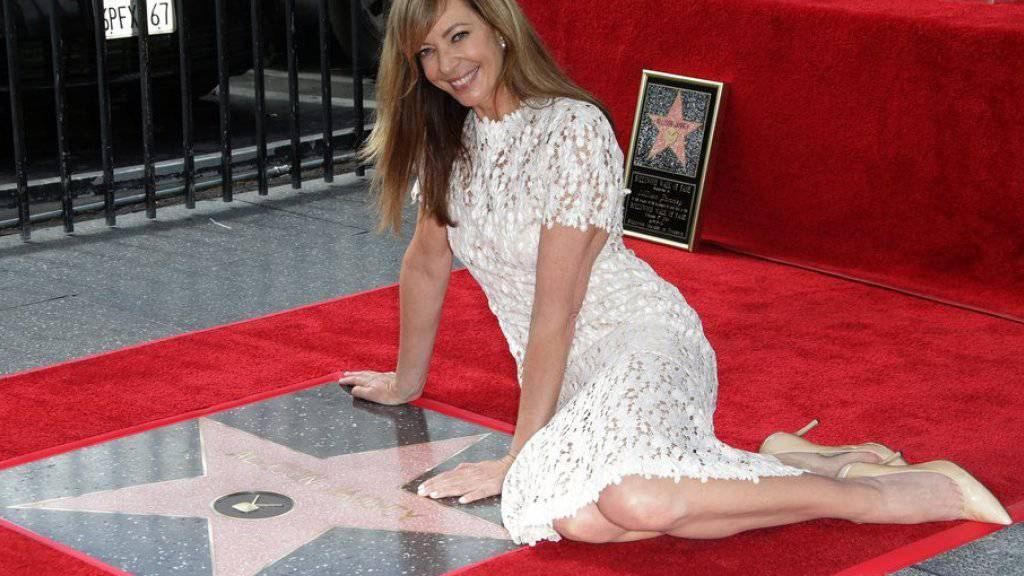 """Allison Janney posiert auf ihrem eigenen Stern auf Hollywoods """"Walk of Fame"""". In ihren Anfängen als Schauspielerin hauste die 56-Jährige um die Ecke des berühmten Trottoirs."""