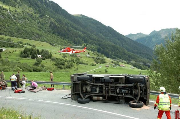 Airolo, Sommer 2007: Ein Militärfahrzeug kippte in einer Kurve und schleuderte in eine Leitplanke: 10 Verletzte