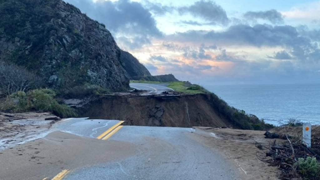 Highway 1 in Kalifornien gesperrt - Strasse nach Regen weggebrochen