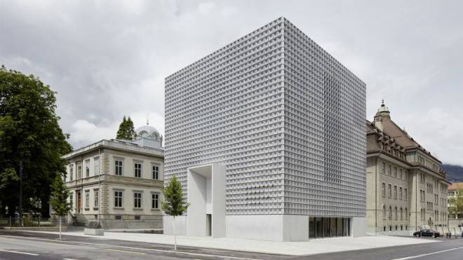 Aus Respekt vor dem Altbau: Barozzi/Veiga haben beim Bündner Kunstmuseum den oberirdischen Bau bewusst klein gehalten. Der ornamentierte Kubus funktioniert aber gut als Signal. Foto: HO