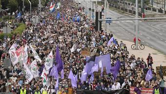 Zunehmend unter der Fuchtel von Ministerpräsident Orban: die Medien in Ungarn. Dagegen protestierten am Freitag in Budapest empörte Bürger.