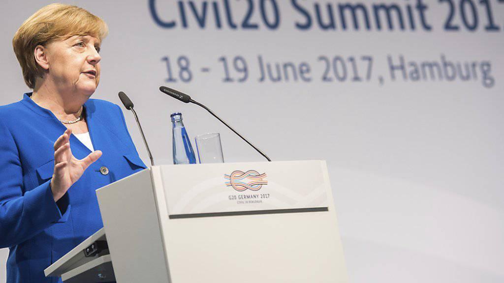 Will Afrika die Hand reichen: Bundeskanzlerin Angela Merkel erklärt sich vor Nichtregierungsorganisationen.