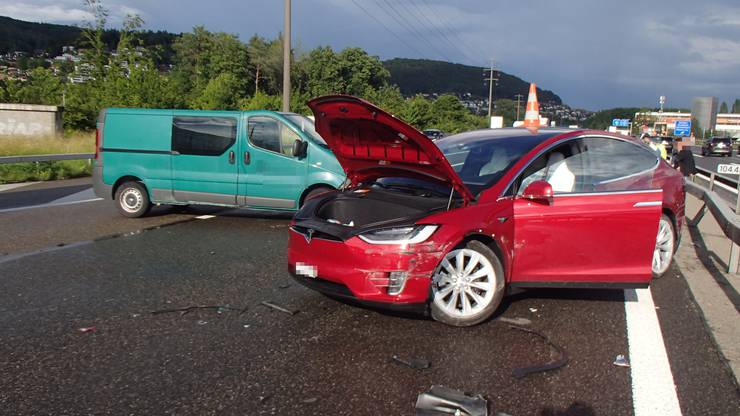 Spreitenbach AG, 20.Juni: Ein Auffahrunfall führte zu einer Kettenreaktion mit zwei weiteren Auffahrkollisionen. Insgesamt waren acht Autos beteiligt. In der Folge entstand ein langer Stau auf der A1 Richtung Bern.