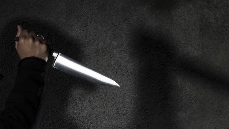 Die Unbekannten stachen dem Fussballfan mit einem Messer ins Bein. (Symbolbild)
