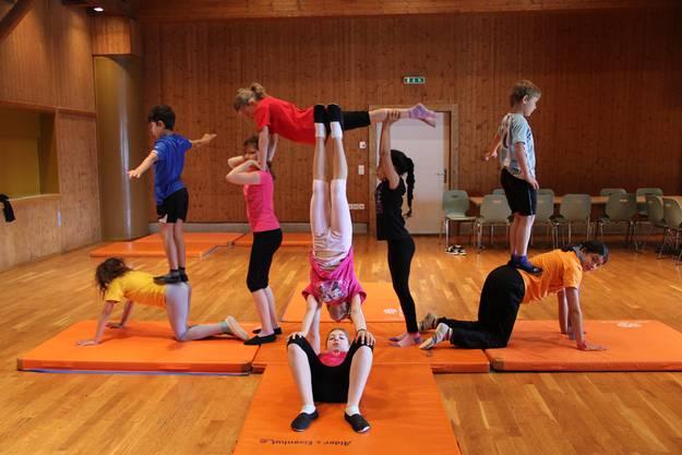 Die Akrobaten üben verschiedene Figuren ein