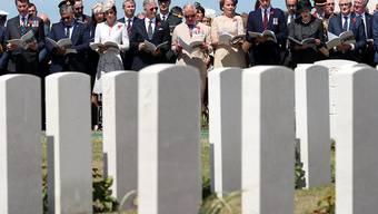 Teilnehmer der Gedenkfeier an den 100. Jahrestag des Beginns der Flandernschlacht auf dem Soldatenfriedhof Tyne Cot nahe bei Ypern.