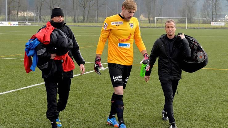 Der neu Torhüter Lars Unnerstall wird von Assistenz-Trainer Thomas Binggeli (rechts) und Goalie-Trainer Gianluca Riommi begeleitet.