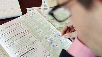 Ein Mann brütet über der Steuererklärung