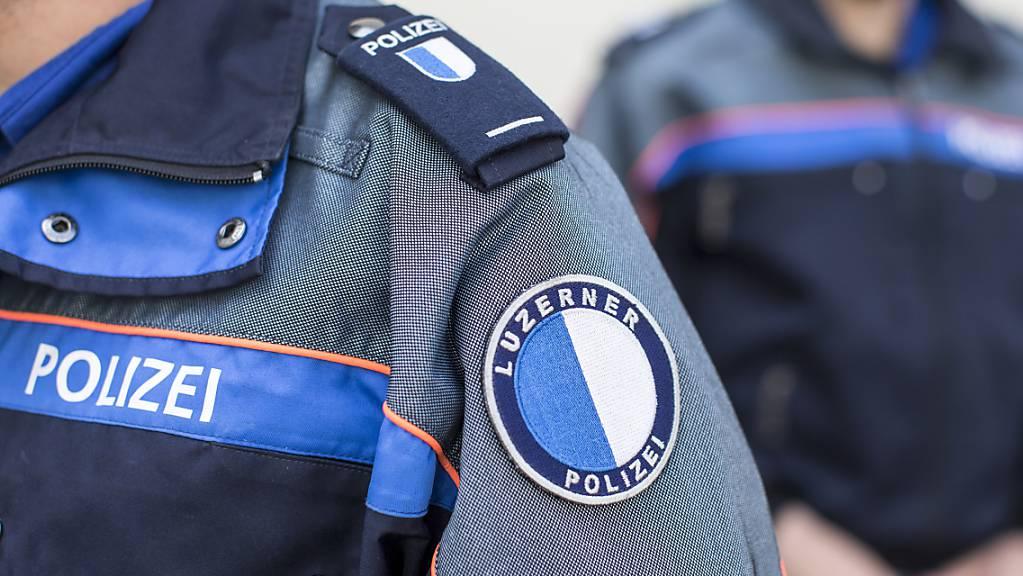 Die Luzerner Polizei hat nach einem Überfall auf ein Geschäft in Udligenswil einen Jugendlichen festgenommen. (Symbolbild)