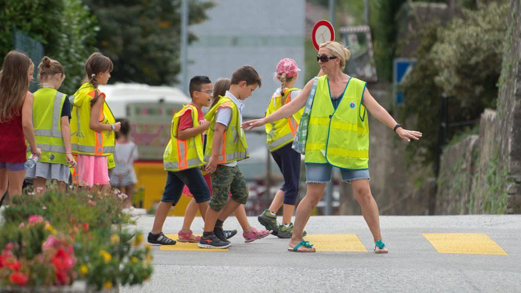 Kinder sollten den Schulweg zu Fuss gehen und sich so Verkehrskompetenz aneignen. Der Verkehrs-Club der Schweiz (VCS) warnt dagegen vor dem Teufelskreis, die Kinder per Elterntaxi zur Schule zu fahren. (Archivbild)