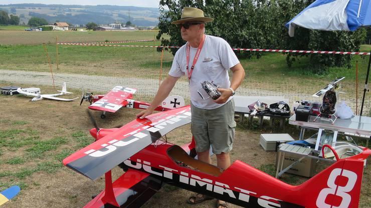 Imposantes Modell eines Doppeldecker-Flugzeuges.